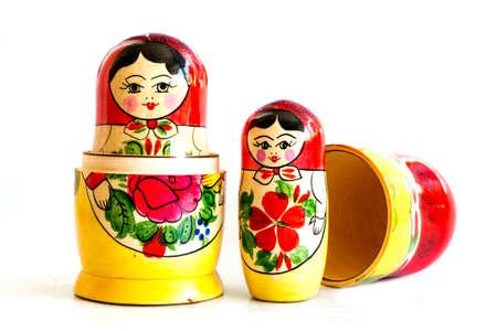 Tradicionales muñecas rusas del matryoshka aisladas sobre un fondo blanco.