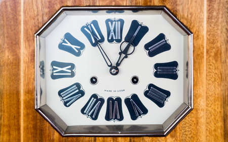 numeros romanos: Antiguo reloj con números romanos. Realizados en la URSS. En una caja de madera. Foto de archivo