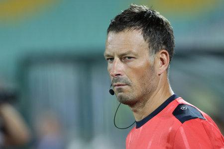 arbitro: Sofía, Bulgaria - 17 de agosto 2016: El fútbol el árbitro Mark Clattenburg va a cabo en el estadio nacional de Bulgaria antes del partido entre PFC Ludogorets 1945 y el FC Victoria Pilsen.