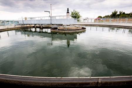 슬러지 재순환 Clarifier 고체 접촉 침전조. 폐수 처리 시설. 폐수 처리는 오염 된 폐수를 최소한의 환경 오염으로 물 순환으로 되돌려 보낼 수있는 폐수