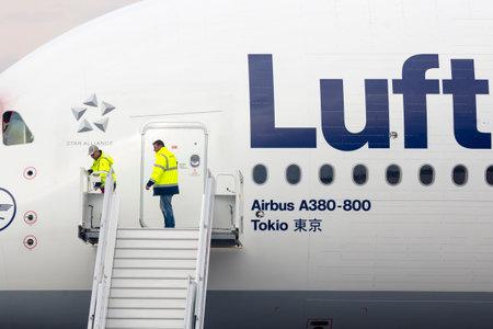 Sofia, Bułgaria - 16 października 2016: Lufthansa Airbus A380 samolot na lotnisku w Sofii. Pracownicy lotniskowe otwarcia drzwi. Publikacyjne