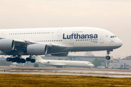Sofia, Bułgaria - 16 października 2016: Samolot Lufthansy Airbus A380 lądujący na lotnisku w Sofii. Publikacyjne