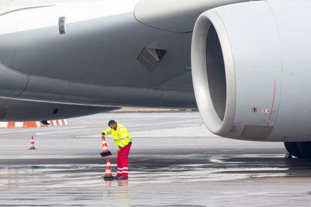 Sofia, Bułgaria - 16 października 2016: Lufthansa Airbus A380 samolot na lotnisku w Sofii. pracownicy portów lotniczych przed silnikiem samolotu.