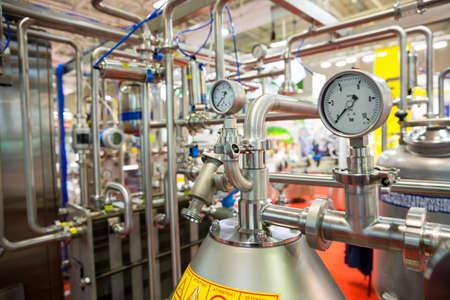 système de pasteurisation du lait est montrée lors d'une exposition de nourriture et de boisson. Traitements thermiques. La pasteurisation est un processus qui tue les microbes dans les aliments et les boissons, comme le lait, le jus, les aliments en conserve, et d'autres. Banque d'images