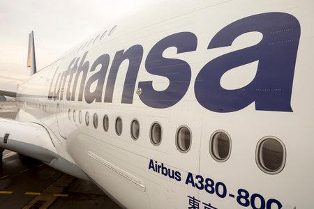 Sofia, Bułgaria - 16 października 2016: samolot Lufthansa Airbus A380 w porcie lotniczym w Sofii.