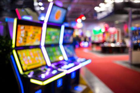 La imagen borrosa de máquinas tragamonedas y otros equipos de juegos de azar en un casino. Fuera de foco (bokeh) colorido y alto contraste de la imagen en un casino. Foto de archivo - 66276609