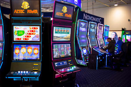 tragamonedas: Sofía, Bulgaria - 24 de noviembre 2016: los aparatos de juego en una exposición de máquinas de juegos de azar de casino y equipo en el Inter Expo Center en Sofía. Editorial