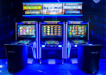 slot machines: Sofía, Bulgaria - 24 de noviembre 2016: los aparatos de juego en una exposición de máquinas de juegos de azar de casino y equipo en el Inter Expo Center en Sofía. Editorial