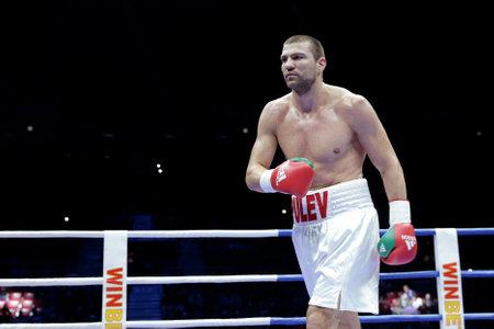 Sofia, Bugaria - 3 grudnia 2016: Bokserski Tervel Pulev widziany jest na ringu podczas meczu bokserskiego z Tomislavem Rudanem w WBA International Heavyweigh Championship. Publikacyjne
