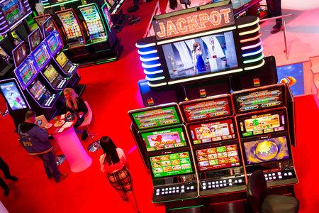 tragamonedas: Sofía, Bulgaria - 24 de noviembre 2016: Las máquinas tragamonedas son vistos en una exposición de equipos de casino en el Inter Expo Center.