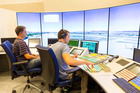 Sofia, Bulgarie - 12 septembre 2016: Un contrôleur de la salle de contrôle de surveillance de l'autorité bulgare des services de la circulation aérienne navigue sur les avions de l'aéroport de Sofia. Banque d'images - 77362279