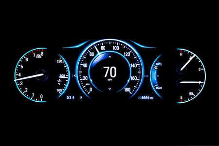 現代の軽自動車の走行距離 (ダッシュ ボード、走行距離) 黒い背景に分離されました。現代の車の新しい表示。回転数、燃料計および温度。毎時 70