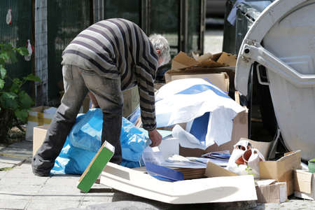 El pobre indigente recolecta papel cerca de los contenedores de basura para reciclar en Sofía, Bulgaria. Una década después de unirse a la UE, muchas personas en el país todavía luchan con la alta pobreza.