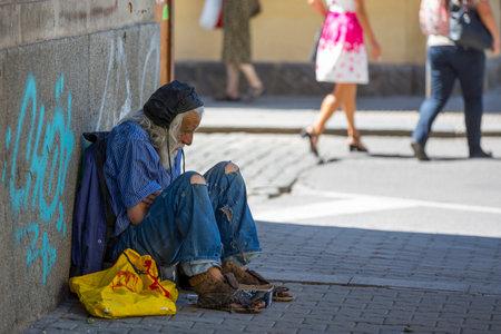 Sofia, Bulgarije - 9 juli, 2017: dakloze oude man met lange witte baard smeekt om geld op straat. Tien jaar na zijn toetreding tot de EU is Bulgarije nog steeds het armste land in de Unie.