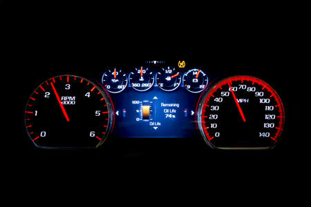 Kilometraje ligero moderno del coche (tablero de instrumentos, kilometraje) aislado en un fondo negro. Nueva pantalla de un automóvil moderno. Vida del aceite Foto de archivo