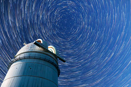 Astronomical observatory under the night sky stars. Blue sky with hundreds of stars of the Milky way. Timelapse in comet mode. 免版税图像 - 88941135
