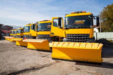 제설기 (제설기, 스노우 플라 우 (snowplough) 또는 스노우 플라 우 (snow plough))는 차량에 설치하기위한 장치로 야외 표면에서 눈과 얼음을 제거하는 데 사 스톡 콘텐츠