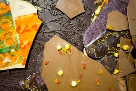 Handgemaakte en beschilderde chocolade. Bruine melkachtige en donkere chocolade. Zeer smakelijke en heerlijke desserts. Snoep vol met suiker. Ongezond dieet.