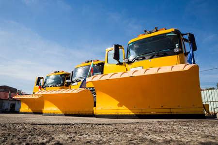 除雪車(除雪車、除雪車、除雪車も除雪)は、屋外の表面から雪や氷を取り除くために使用される車両に取り付けるための装置で、通常は輸送目的に役