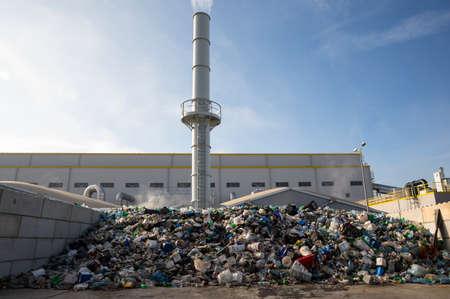 Waste-to-energy o energy-by-waste è il processo di generazione di energia sotto forma di elettricità o calore dal trattamento primario dei rifiuti. Rispettoso dell'ambiente, rispettoso dell'ambiente. Al di fuori Archivio Fotografico