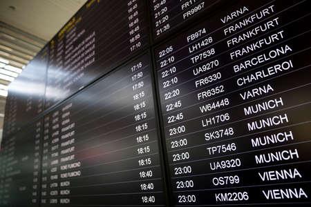 Écrans de surveillance des heures d'embarquement - tableaux d'horaires. Moniteurs d'arrivées et de départs pour vérifier l'état d'un vol sur l'aéroport. Vienne, Munich, Charleroi, Barcelone, Francfort, Varna.