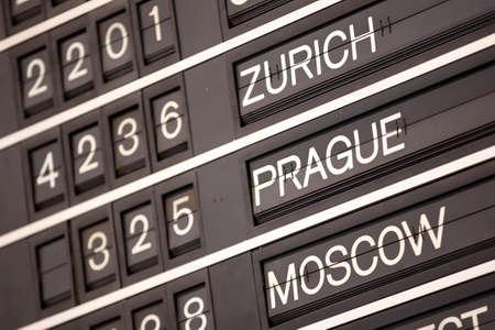 Antiguo sistema de visualización de información de vuelo. Pantalla de solapa dividida (o simplemente solapa). A menudo se utiliza como horario de transporte público en aeropuertos o estaciones de tren. Zurich, Praga, Moscú.