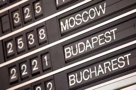 Antiguo sistema de visualización de información de vuelo. Pantalla de solapa dividida (o simplemente solapa). A menudo se utiliza como horario de transporte público en aeropuertos o estaciones de tren. Moscú, Budapest, Bucarest. Foto de archivo