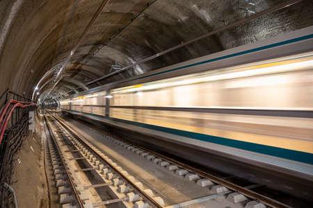 Subway tunnel rail tracks. Long exposure. Blurred lights. 免版税图像 - 150832592
