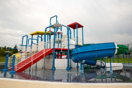 A water park or waterpark with swimming pools and water slides. 免版税图像 - 150796756