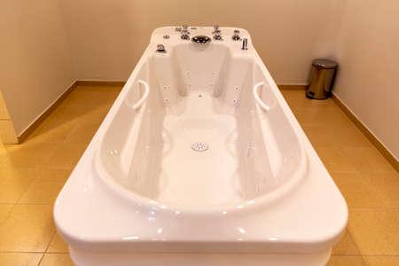 White hot massage tub in a spa center. 免版税图像 - 150832641