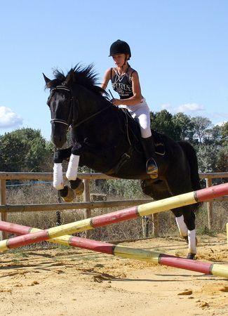 femme a cheval: cheval sautant
