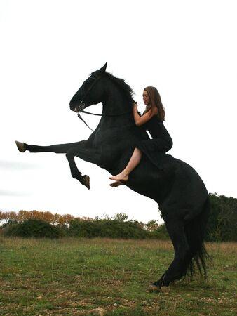 caballo negro: muchacha sportive y su caballo negro