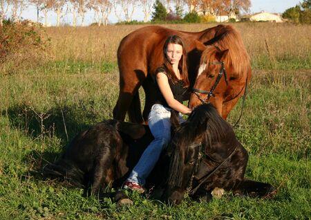 tiener en haar twee paarden