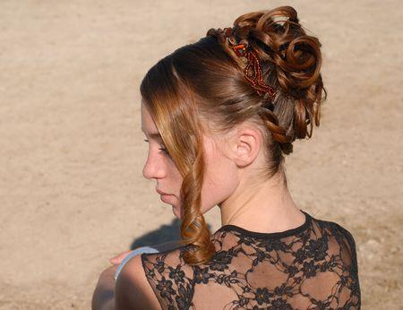 junge Frau und ihre schöne Frisur für die Zeremonie Standard-Bild