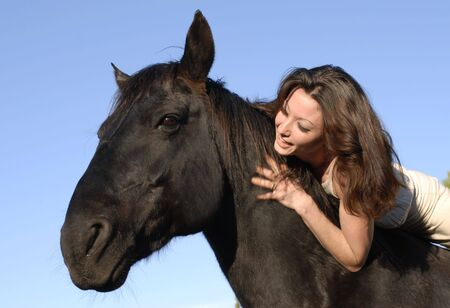 jeune femme et son meilleur ami étalon noir