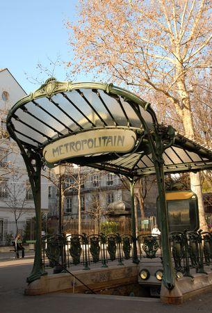 montmartre: Une entr�e de m�tro de transport � Paris, en France, pr�s de Montmartre