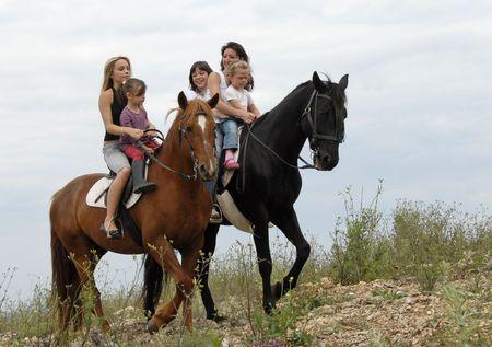 mujer en caballo: madre y dos de sus hijos con sus caballos