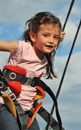 bungee jumping: Ni�a saltando en la cama el�stica (bungee jumping).
