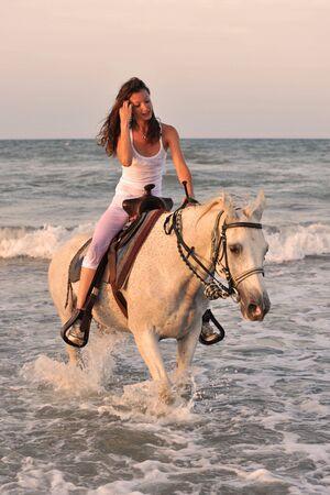 femme a cheval: cheval de lwhite de beautifu dans la mer et la belle femme