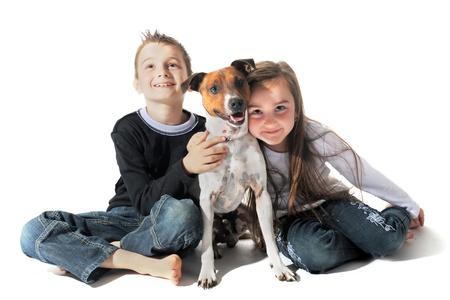 Retrato de un purasangre de cachorro jack terrier russel y niños sobre un fondo blanco