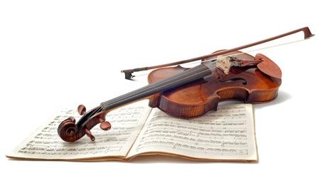 violines: hermoso violín y música de la hoja aislado en un fondo blanco