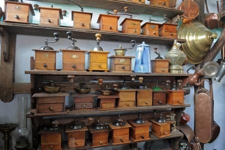 antiquary: estantes de molinillo de caf� en una tienda de antig�edades