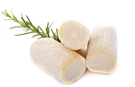 queso de cabra: queso de cabra delante de fondo blanco Foto de archivo