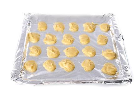 choux: pasta choux delante de fondo blanco Foto de archivo