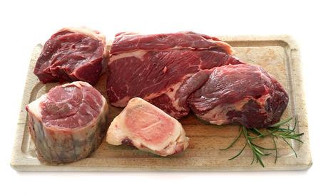 carne cruda: grupo de carne para pot-au-feu delante de fondo blanco Foto de archivo