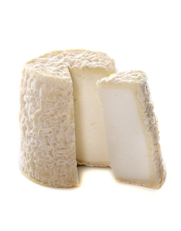 queso fresco blanco: delicioso queso de cabra delante de fondo blanco