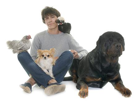 adolescenti, cani e pollo di fronte a sfondo bianco