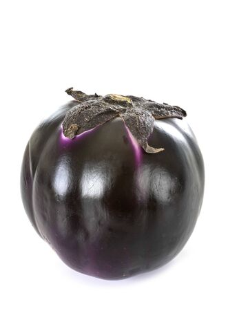 Aubergine Aubergine ronde violette devant fond blanc