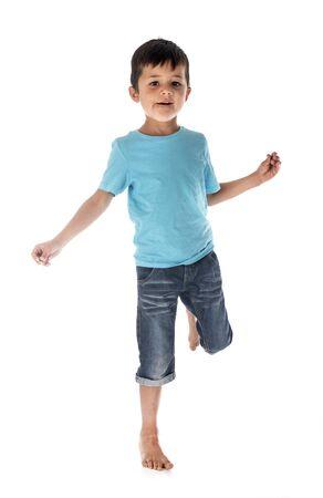 niño jugando en fuente de fondo blanco