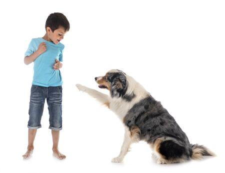 enfant et chien en fonte de fond blanc Banque d'images